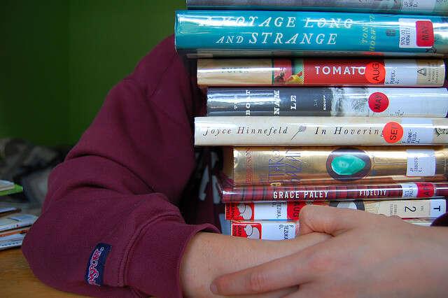 Není možné, aby sestudenti učili odesítkách literárních děl ročně avšechna dopodrobna znali. Foto neznámého autora, flickr.com
