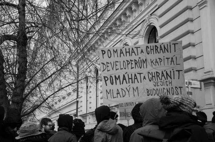 Demonstrace napodporu zadržených při policejní razii vesquatu vNeklanově ulici. Foto Saša Uhlová, DR