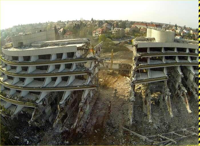 Barbarská demolice hotelu Praha byla odpovědností miliardáře Petra Kellnera. Foto Petr Hamšík, ArchWars