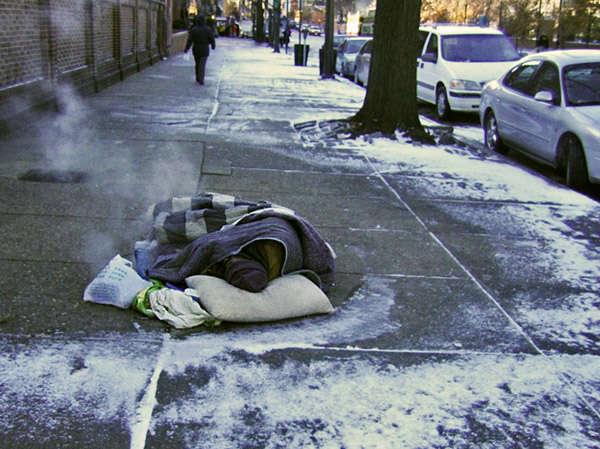 A když už sepodaří nějakého zaměstnance namizerně placenou práci najít, tak siklidně umrzne. Tak jako během víkendu umrzl hlídač parkoviště. Repro DR