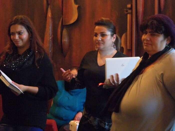 Jolana (vlevo) sMagdalenou (uprostřed) vysvětlují rodičům, jak postupovat proti segregaci.