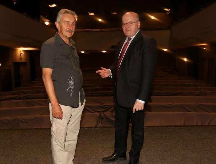 Ministr kultury Daniel Herman nanávštěvě divadla, které má ekonomické problémy. Foto: Slovácké divadlo