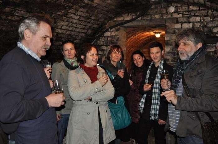Přátelé divadla usklenky vína. Foto: Slovácké divadlo