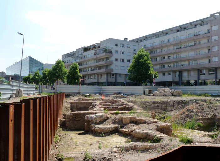 Archeologové aarcheologožky provádějí záchranné archeologické výzkumy nalokalitách ohrožených stavební činností, zajišťují také uchování kulturního dědictví vjeho nezměněné podobě. Foto Wikimedia Commons