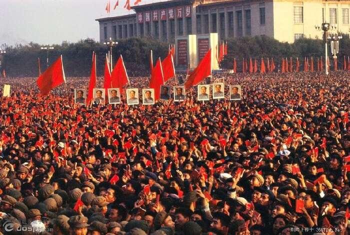 """Na Národní třídě lidé mávali červenými kartami askandovali """"Miloše dokoše"""". Poté sevydali uctít památku nenásilné revoluce házením vajíček arajčat naprezidenty České republiky, Slovenska, Polska, Maďarska aNěmecka. Foto Dailykos"""