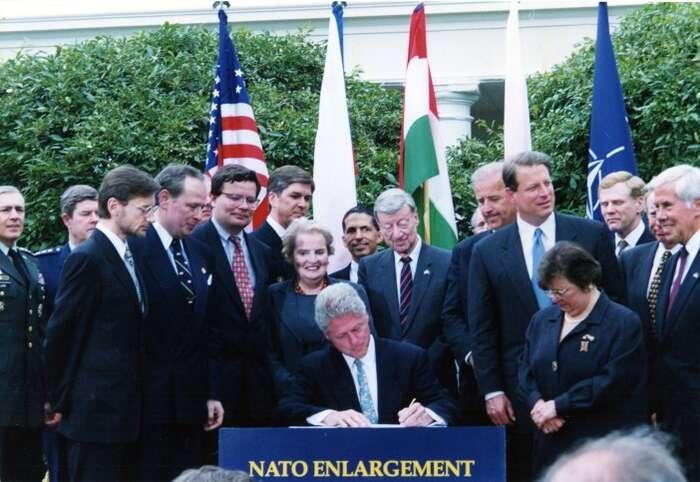 Bill Clinton podepisuje NATO Enlargement Pact. Zástupci Polska, Maďarska aČeské republiky přihlížejí. Foto archiv Pac1944.org