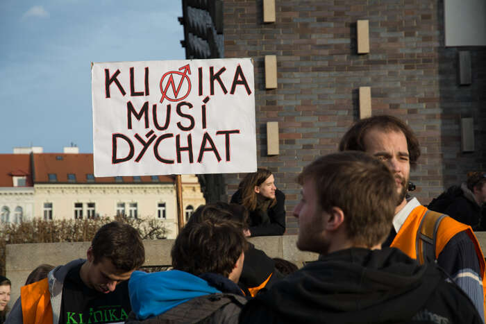 Petici zaKliniku podepsalo nadva tisíce lidí. Požaduje, aby úřad podnikl takové kroky, které byvedly kprodloužení smlouvy. Foto Saša Uhlová, DR