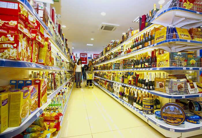 V obchodě — zvlášť před svátky — musejí lidé pracovat ičtrnáct hodin denně. Ikdyž zákon zakazuje, aby tobylo více než dvanáct hodin vjedné směně. Vladimir Kirakosyan, Wikimedia Commons