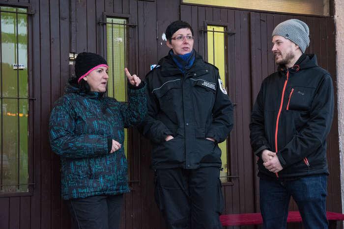 Před klubem stojí Michal Kandler sAlenou Adámkovou asasistentkou prevence kriminality Lenkou Skačanovou.