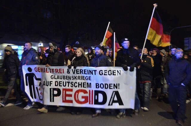 Pod vlajkou hnutí PEGIDA seuž týdny scházejí vrůzných městech tisíce protiimigračně naladěných Němců. Caruso Pinguin, Flickr