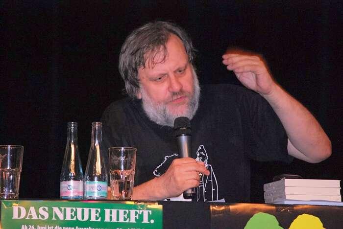 Slavoj Žižek sije vědom toho, že současný liberalismus nedokáže bez nějakého nového spojence čelit nábožensky-fundamentalistickému entuziasmu. Foto en.wikipedia.org