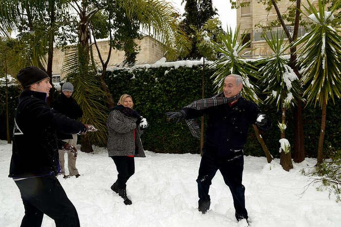 Benjamin Netanjahu (vpravo) při rodinné koulovačce. Foto Avi Ohajon, flickr.com