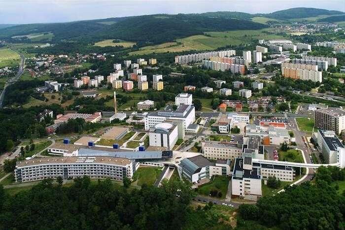 Největším zaměstnavatelem vÚstí nad Labem je s2294 lidmi krajská nemocnice. Dříve Ústí bývalo městem chemického průmyslu. Repro foto kzcr.eu