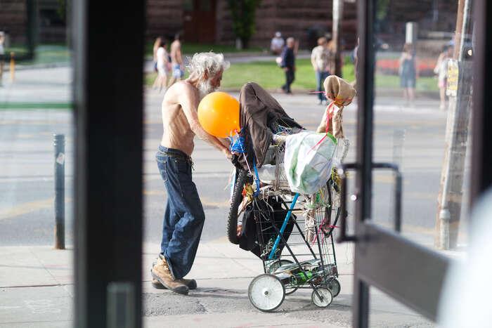 """Přístup rapid re-housing jepoučen studiemi bezdomovectví, které zjistily, že život lidí bez domova se""""strukturálně"""" neliší odvelmi chudých lidí, kteří bydlí. Foto commons.wikimedie.org"""