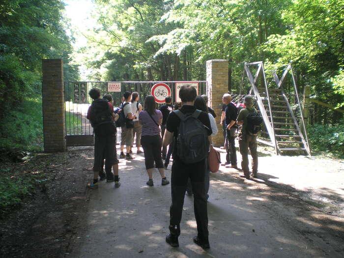 Vstup doobory Radějov jemožný jen přes velkou bránu nebo přelez. Foto Radek Kubala