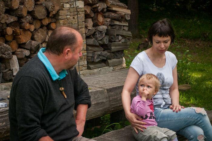 Leoš Novotný, majitel obory, sesnaží dělat dobrý dojem naděti. Marně. Foto Martin Vyhnal