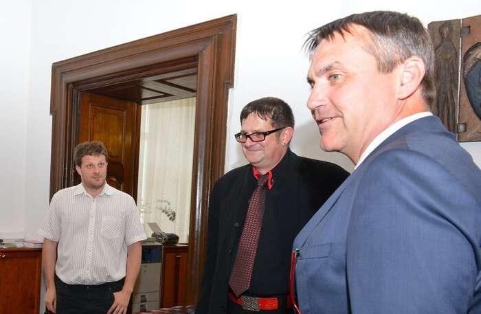 Díky spolupráci Platformy pro sociální bydlení avedení města navštívil Brno Volker Busch-Geertsema, koordinátor Evropské observatoře pro bezdomovectví (na fotce uprostřed mezi Matějem Hollanem aPetrem Vokřálem). Foto M.Schmerková, Brno.cz