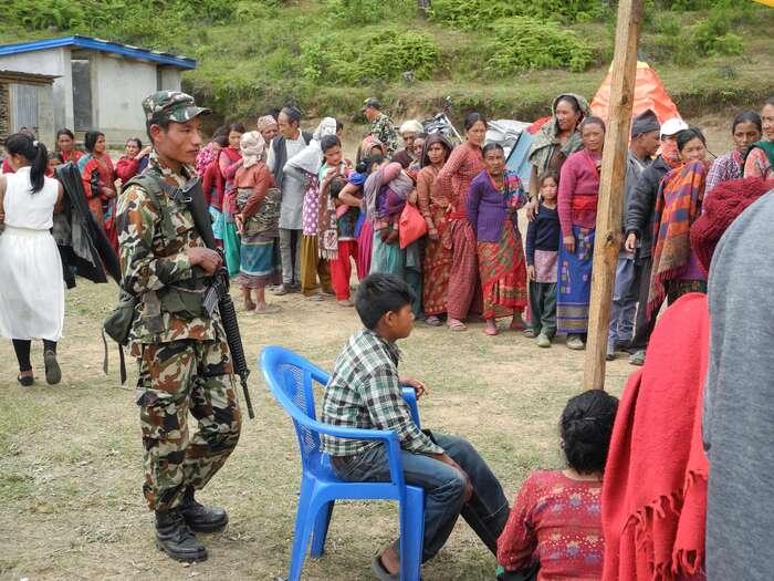 Outdoorová čekárna nadoktora. Vojáci pomáhají všude alidé sijich váží, nepálská vláda už méně. Foto archiv J. Piňose aP. Hrdličkové