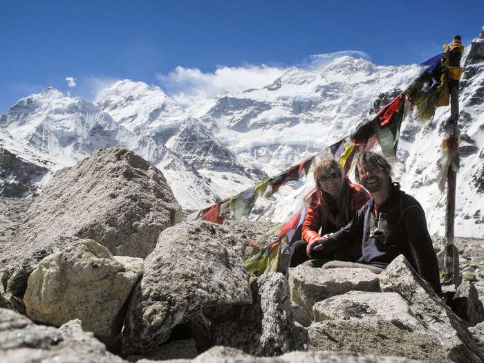 Nad našimi hlavami setyčí třetí nejvyšší hora světa Kančendženga. Jeposvátná akraj nahranici Nepálu, Sikkimu aTibetu ochránila před zemětřesením dobře. Nás také. Foto archiv J. Piňose aP. Hrdličkové