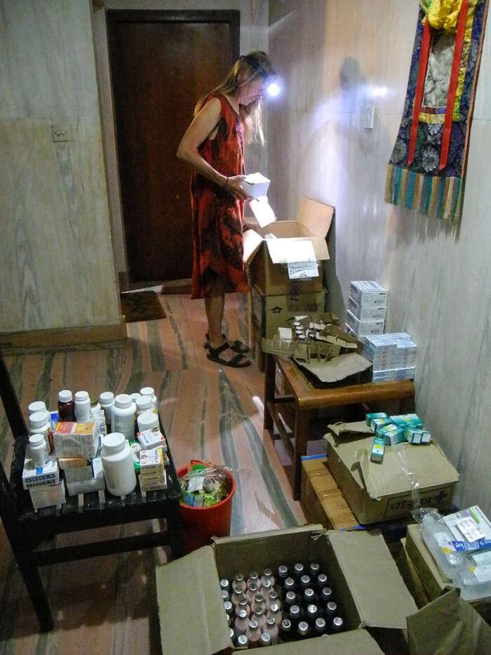 Noční lékárna vkáthmandském hotýlku. Pavla sepřipravuje nanaši první samostatnou cestu, dovesnice Mesipa. Foto archiv J. Piňose aP. Hrdličkové