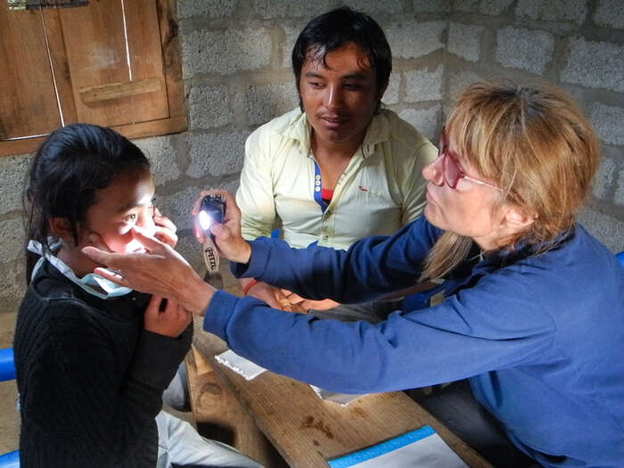 Nepálci, oddětí až postarce, mají často chronické záněty očí. Dilkumari přesto maluje krásné obrázky. Foto archiv J. Piňose aP. Hrdličkové