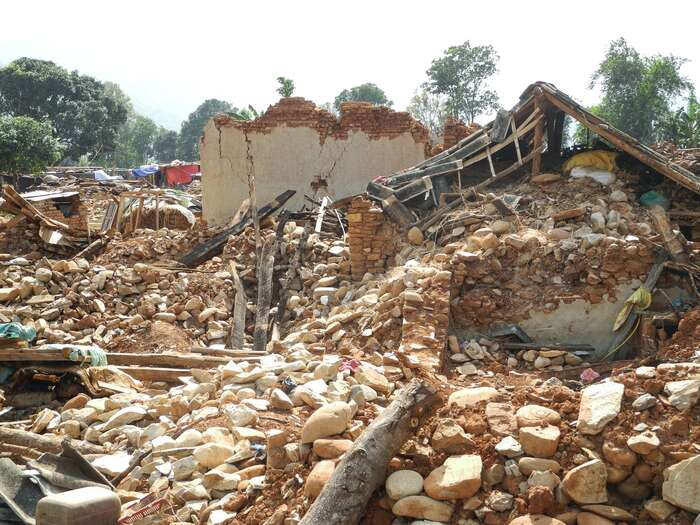 Zemětřesení jeasociální — čím chudší lidé, tím víc hlíny vezdivu, tím víc ruin. Tahle vesnice uřeky Indravadi jedoslova srovnaná sezemí. Foto archiv J. Piňose aP. Hrdličkové