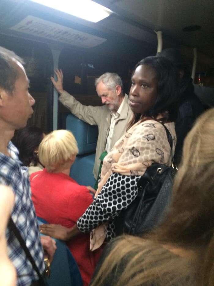 Fotografie, naníž londýnský muzikant zachytil Jeremyho Corbyna, jak sevrácí pozdě vnoci domů autobusem, sestala vBritánii hitem sociálních sítí. Foto Stuart Low