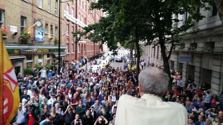 Jeremy Corbyn včera vLondýně mluví kesvým příznivcům, kteří senevešli dopřeplněného sálu, zhasičské stříkačky. Foto @JeremyCorbyn4leader