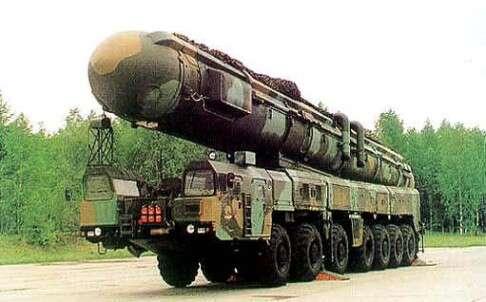 Mezikontinentální balistická střela DF41 měla během pekingské přehlídky jednu věc společnou sčeským prezidentem: nikdo sijí nevšiml.  Patřila totiž kněkolika málo zbraním, jimiž sečínský režim navojenské přehlídce nepochlubil. Foto SMCP