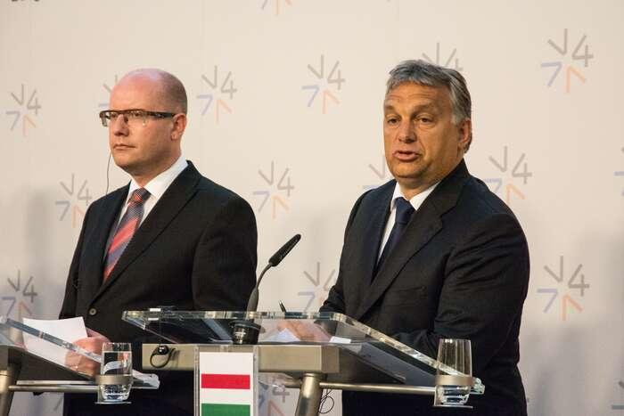 Bohuslav Sobotka sice není jako Viktor Orbán, ale vrámci protiuprchlického běsnění sním hledá společnou řeč. Foto Saša Uhlová, DR