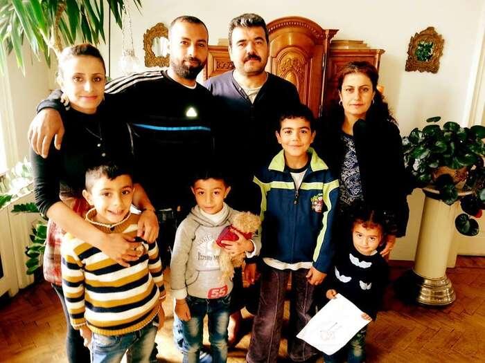 Philip Janýr, syn politckého uprchlíka alegendárního sociálního demokrata Přemysla Janýra, převezl tuto rodinu syrských uprchlíků doVídně anechal jiusebe přespat. Foto Phlip Janýr
