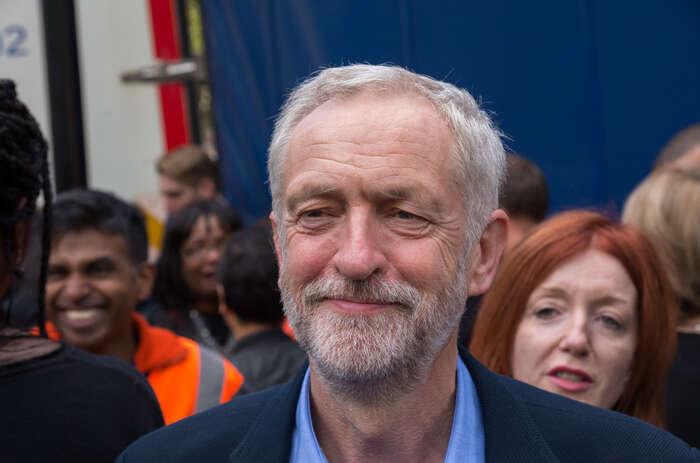 Od roku 1983, kdy byl poprvé zvolen dodolní sněmovny, Jeremy Corbyn soustavně přistupuje kpolitice aktivisticky adrží sesvých základních hodnot. Foto londonlovesbusiness.com