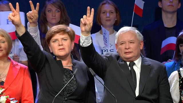 Předseda PiS Jaroslaw Kaczyńský spremiérkou Beatou Szydłovou. Repro TVN25/DR
