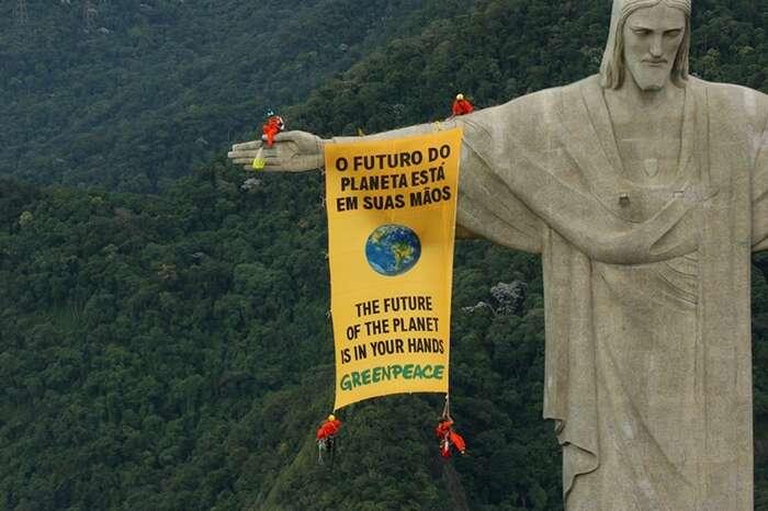 Ekologická organizace Greenpeace přitom působí pocelém světě bez ohledu napolitické zřízení. A toi namístech, kde býti aktivistou ssebou nese reálné riziko smrti, případně dlouhého pobytu zamřížemi. Foto vogue.it