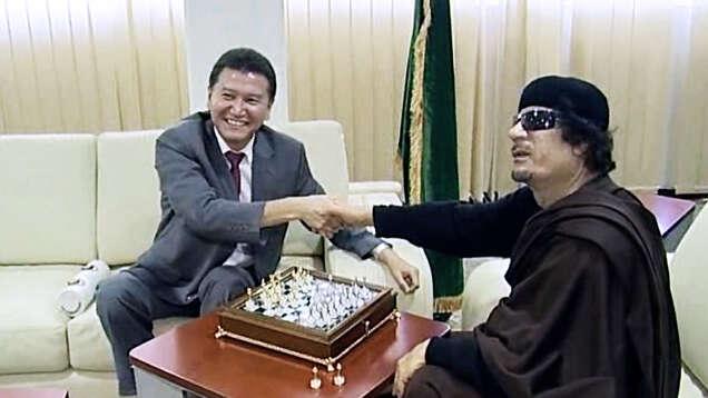 Obchod sropou mezi Sýrií aDaesh usnadňuje iruský podnikatelKirsan Ilyumzhinov. Hrává šachy sdiktátory idalajlámou av90. letech hoprý unesli mimozemšťané. Foto chessbase.com