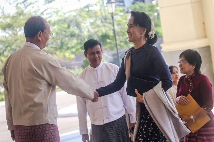 Pozvání kespolečnému setkání seSu Ťij přijal prezident ivrchní velitel armády. Fotoirrawaddy.org