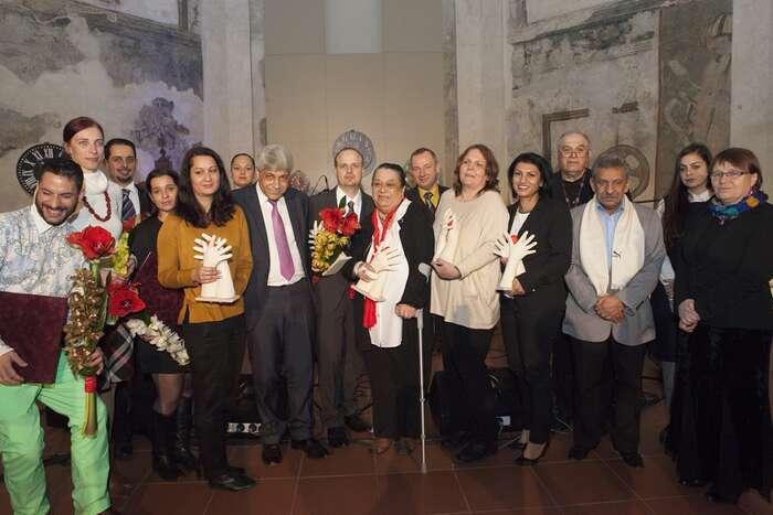 Před kamerami amikrofony stojí tento večer především Romové aRomky. Foto Tereza Havlínková aMichaela Čejková