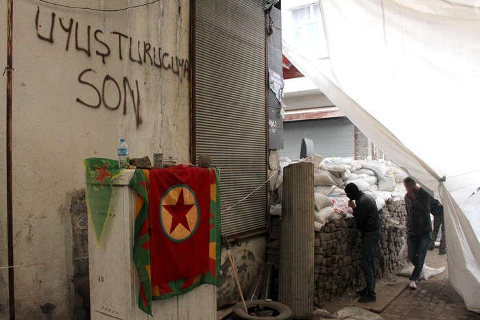 Kurdští mládežníci ujedné zbarikád vcentru Diyarbakiru. Foto Vojtěch Boháč