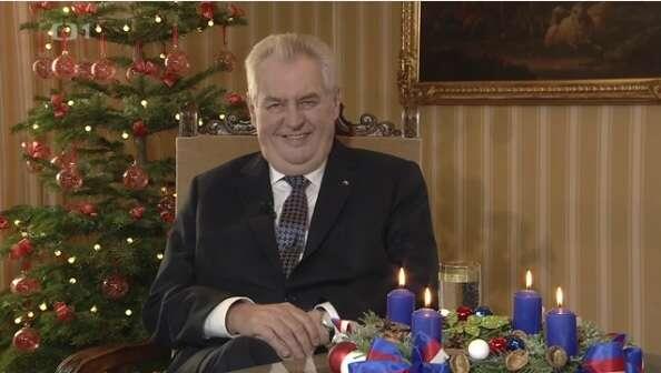 Miloš Zeman nabádal vesvém vánočním projevu kúsměvu ajeden sesám pokusil vyloudit. Zjeho slov však spíše mrazilo. Repro DR