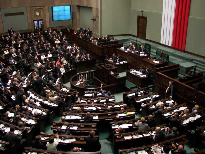 """Nový Sejm zrušil volbu pěti chybějících ústavních soudců azvolil pět """"svých"""" soudců. Foto commons.wikimedia.org"""