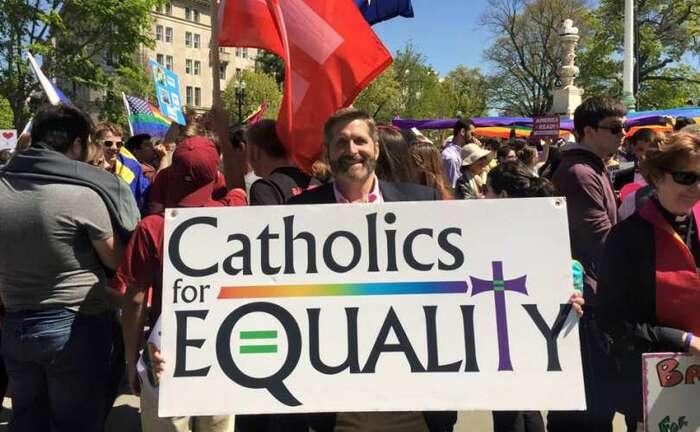 Svobodomyslný katolík najedné zdemonstrací zazrovnoprávnění. Foto NA, Facebook