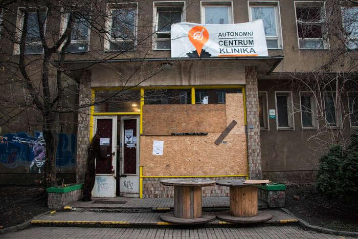 Po útoku neonacistů naAutonomní sociální centrum Klinika přichází další zásah tentokrát zestrany stavebního úřadu naPraze 3. Foto Ondřej Mazura, DR