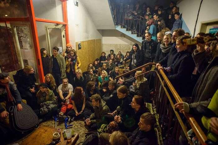 V úterý 5. září soud pravomocně rozhodl otom, že pražský squat musí aktivisté opustit aukončit tak činnost jednoho znejzajímavějších center kultury vPraze. Foto ASC Klinika