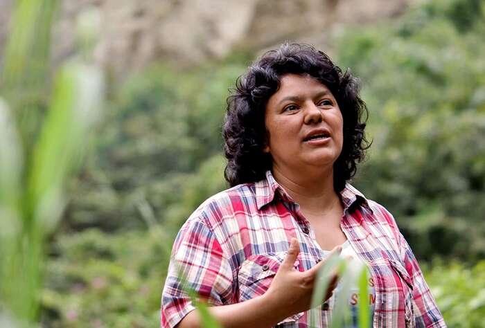 V zemích chudého Jihu patří ženy knejstatečnějším oponentkám těžařů, isymbolem ekologického mučednictví sestala žena. Foto archiv DR