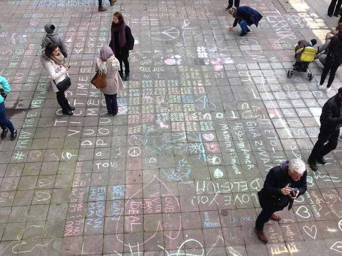 """""""První nápisy už nejsou vžádném případě samy. Lidé začali různými jazyky psát úplně všude. Náměstí sestalo jednou velkou tabulí čekající nadalší adalší vzkazy."""" Foto Petr Kubala."""