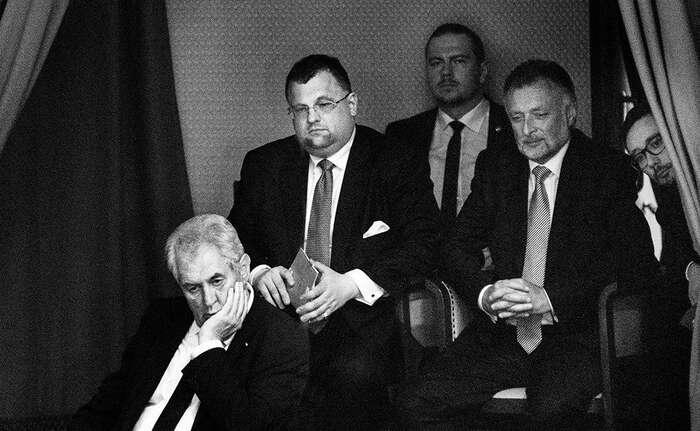 Jedním znejhorších rysů Miloše Zemana jsou lidé, jimiž sena Hradě obklopil. Repro DR