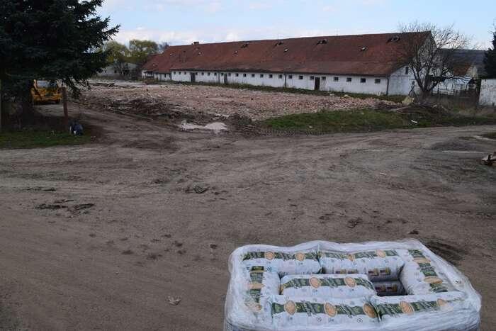 """Nedávno areál koupila firma, která balí suché plody—tedy podle některých místních """"blbiny"""", jiní starovičtí ale odevzdaně říkají: """"Aspoň něco."""" Foto Jakub Patočka, DR"""