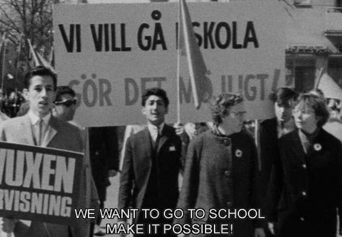 V průvodu naprvního máje 1965 přišli Romové spožadavkem, aby směli chodit školy. Repro DR