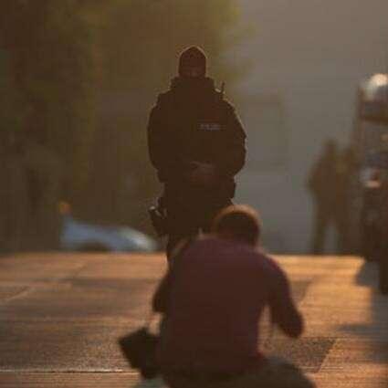 Policista střeží místo nedělního výbuchu. Foto NA, Twitter