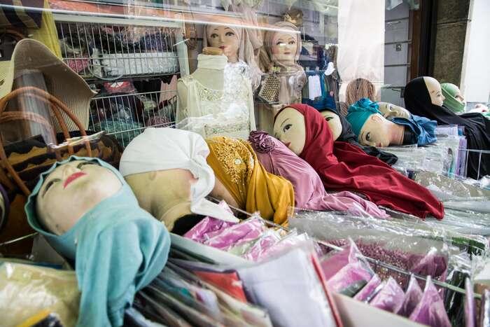 Obchod soblečením působí poněkud morbidně. Foto Saša Uhlová, DR